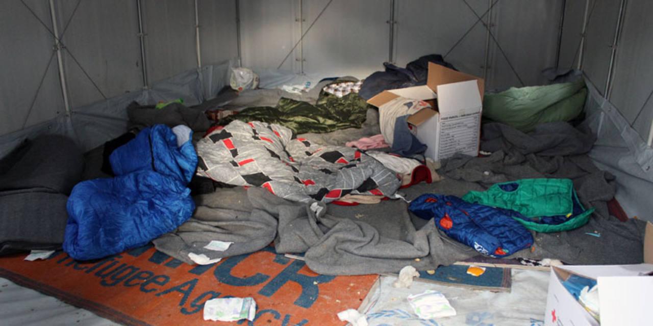 El interior de uno de los barracones provistos por ACNUR al gobierno griego en el campo de Moria.