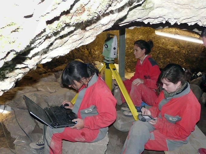 Investigadoras trabajando en la Cueva El Mirador durante la última campaña de excavación.