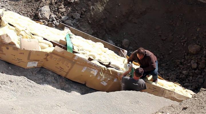 Investigadores preparando la protección del cuello del dinosaurio para su traslado.