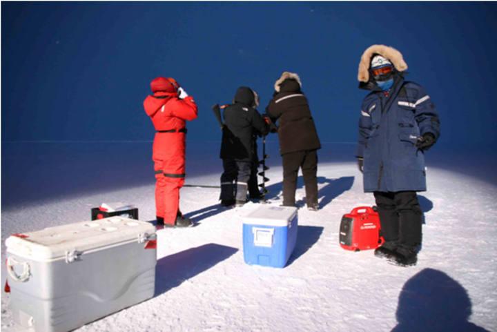Los investigadores recogiendo muestras durante la campaña ártica.