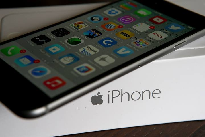 Un iPhone sobre su caja de embalaje