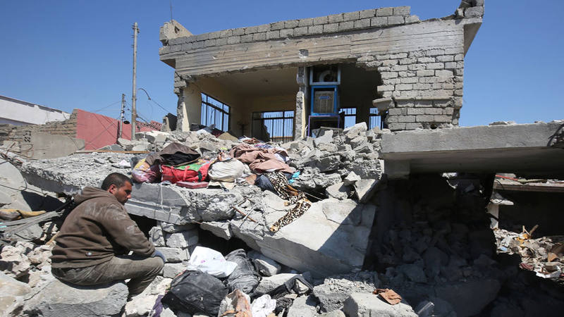 Un iraquí ante las ruinas de una casa destruída en Mosul