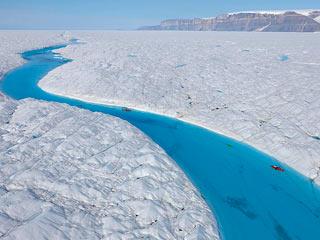 Una isla de hielo se desprende de un glaciar en Groenlandia