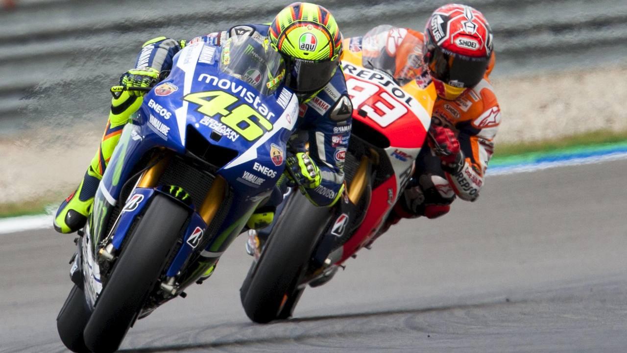 El italiano Valentino Rossi y el español Marc Márquez, en pleno duelo en Assen / REUTERS