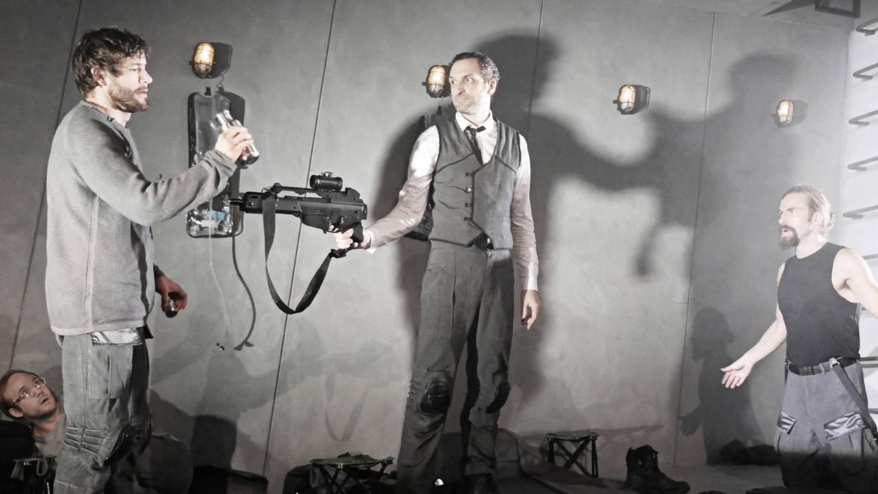 Iván Hermes, Julián Villagrán y Agus Ruiz durante una escena de 'Escuadra hacia la muerte'.