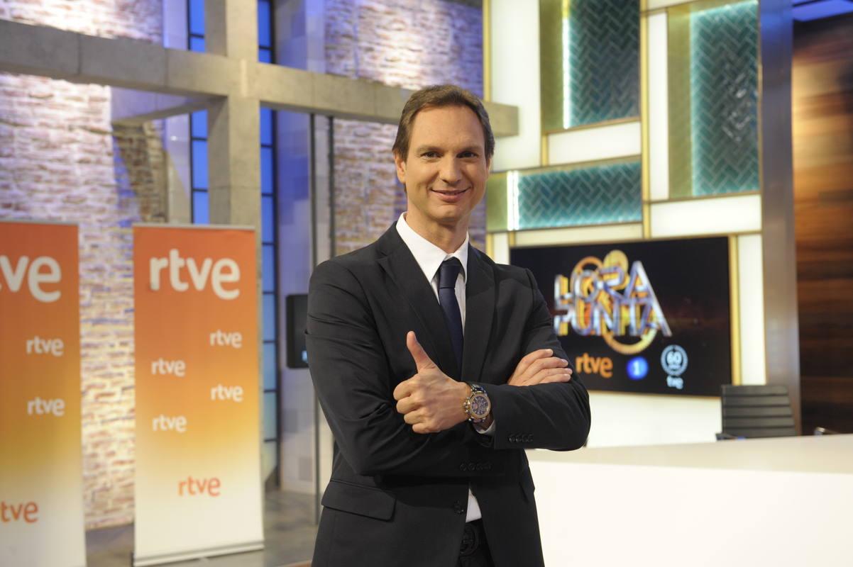 Javier Cárdenas nos cuenta la actualidad con humor en 'Hora Puinta', el nuevo programa de La 1