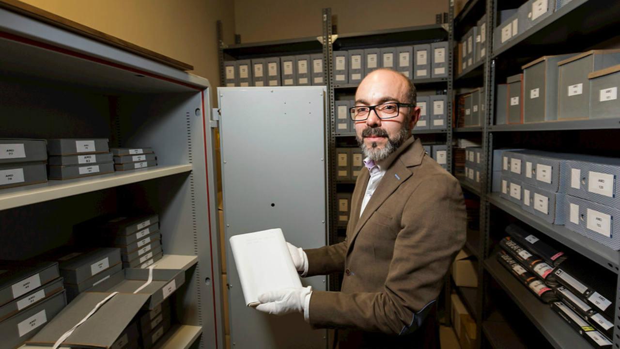 Javier Ortega, director-gerente de la Fundación Miguel Delibes, con el manuscrito de 'Cinco horas con Mario'