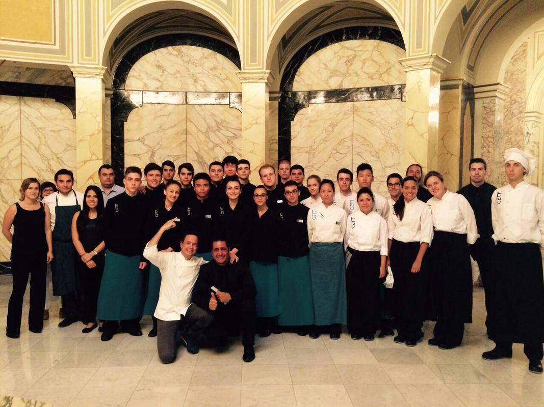 Javier y Sergio junto al equipo a cargo del restaurante del Festival de música de Pedralbes, en Barcelona