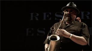 Joe Lovano improvisa al saxofón ante los oyentes de 'Carne cruda'