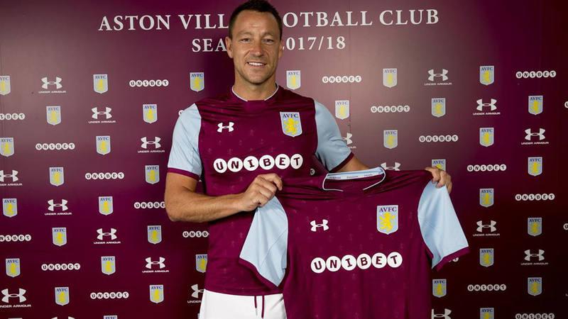 John Terry posa con su nueva camiseta del Aston Villa