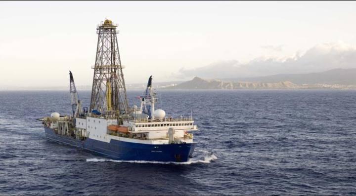 El Joides-Resolution, un buque de investigación de alta mar que taladra y recoge muestras del subsuelo marino.