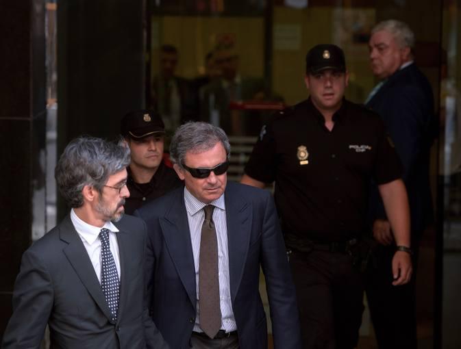 Jordi Pujol Ferrusola, junto a su abogado, a su salida del juzgado de la Audiencia Nacional este lunes.