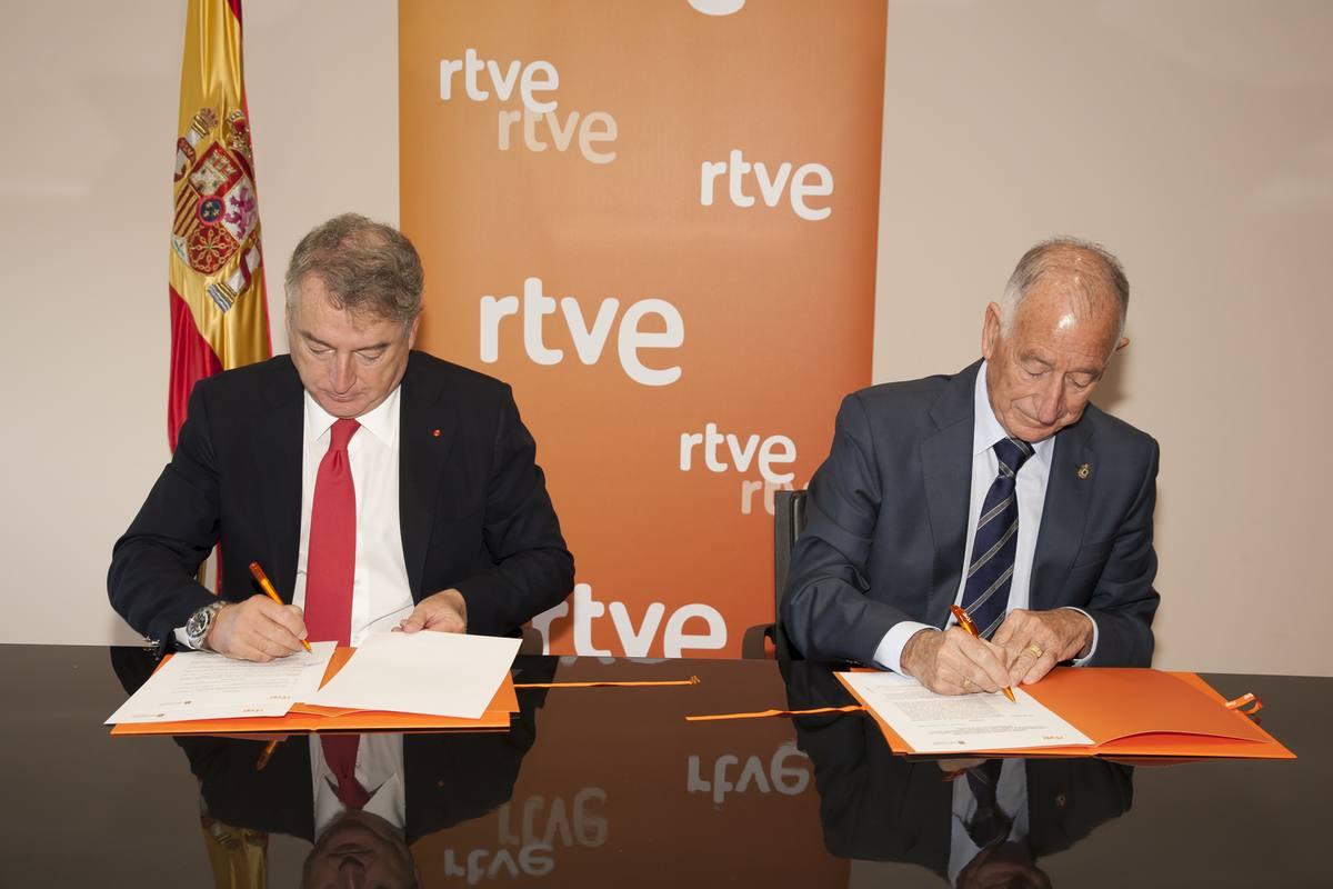 José Antonio Sánchez, presidente de RTVE y Gabriel Amat, presidente de la Diputación de Almería, firman el convenio
