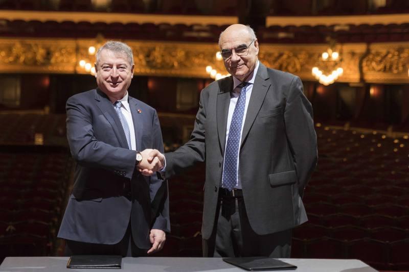 José Antonio Sánchez, presidente de RTVE, junto a Salvador Alemany i Mas, presidente del Gran Teatre del Liceu, en la firma del convenio