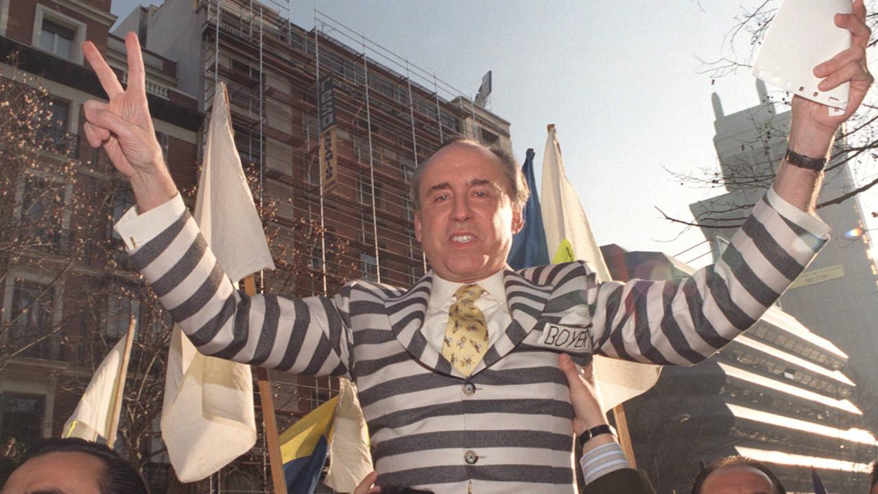 José María Ruiz-Mateos llega a hombros a la Audiencia Nacional en 1997