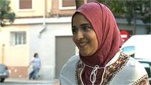Ir al VideoUna joven musulmana deja de acudir a clase porque su instituto prohíbe acceder con la cabeza cubierta