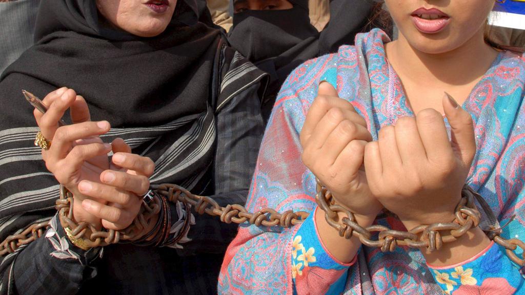 Una joven paquistaní es procesada tras envenenar a 17 familiares de su marido impuesto