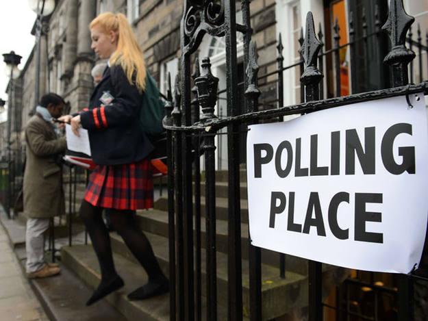 Una joven sale del colegio electoral en la capital de Escocia
