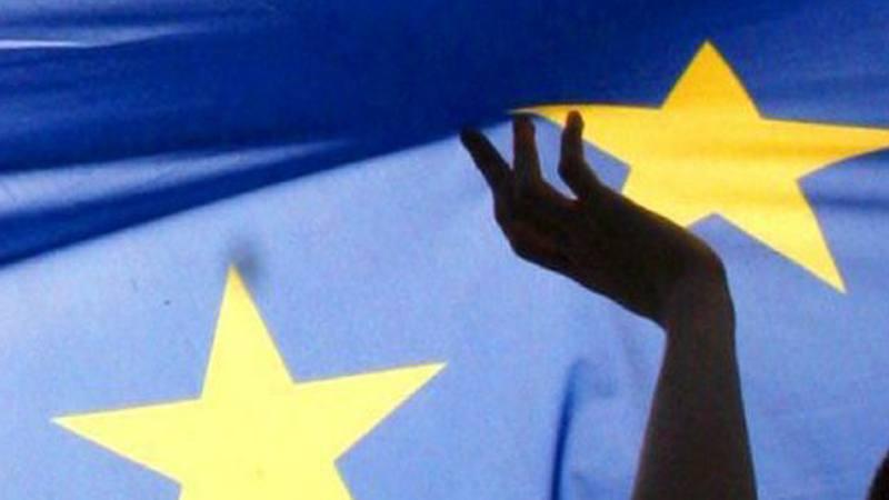 Jóvenes ondean una bandera de la UE en Polonia, (foto archivo)