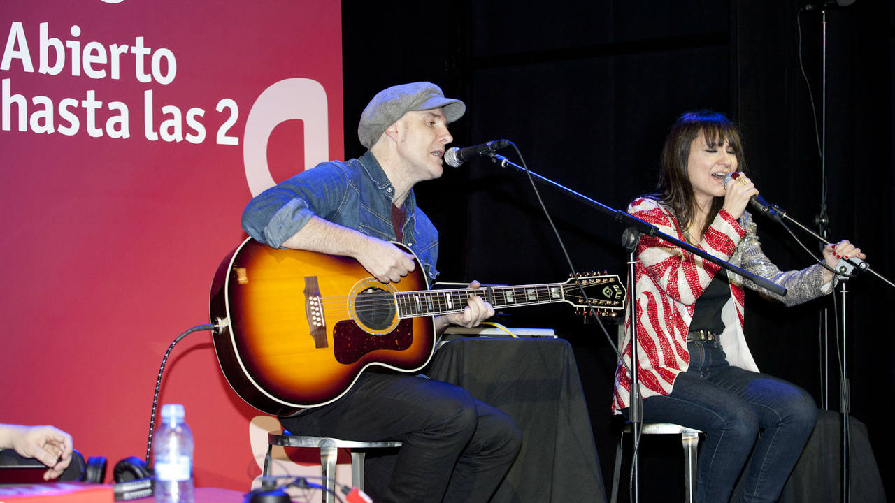 Juan Aguirre y Eva Amaral en el escenario de 'Abierto hasta las 2'