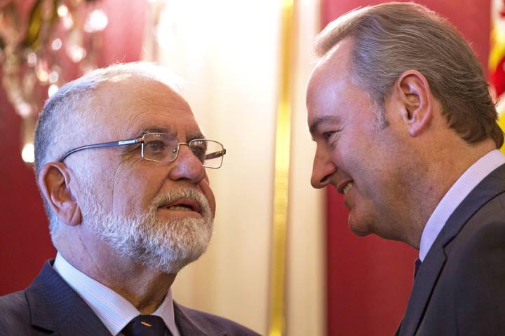 Juan Cotino, presidente de Les Corts, charla con Alberto Fabra, presidente de la Comunidad Valenciana.