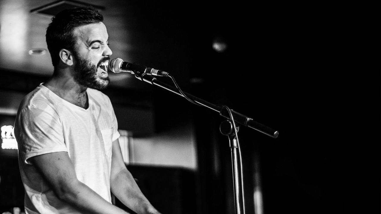 Juan Zelada es cantante, músico y compositor