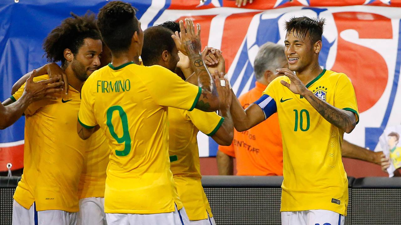 Los jugadores de Brasil felicitan a Neymar tras uno de sus goles.