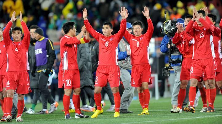 Los jugadores de Corea del Norte saludan al público tras el partido.