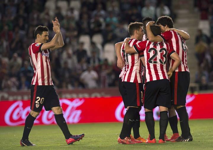 Los jugadores del Athletic Club celebran el gol de Beñat Etxebarría.