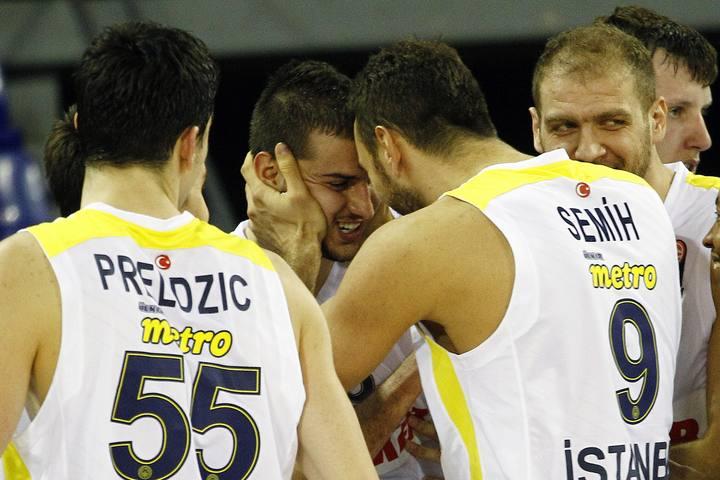 Los jugadores del Fenerbahce felicitan a Nemanja Bjelica durante el partido.
