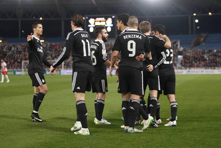 Los jugadores del Madrid celebran uno de sus cuatro goles al Almería