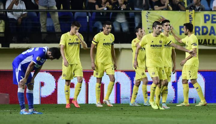Los jugadores del Villarreal celebran uno de los tantos.