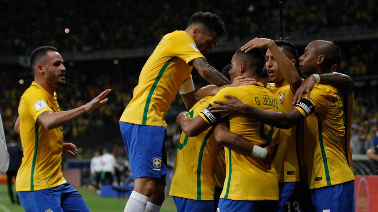 Los jugadores de la selección brasileña de fútbol celebran la anotación de un gol contra Argentina.
