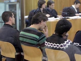 Comienza el juicio contra tres presuntos etarras acusados del atentado contra la casa cuartel de Legutiano
