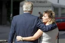 Jesús Neira, junto a su mujer a la salida del juicio rápido al que ha sido sometido este lunes tras ser acusado de un delito contra la seguridad vial por conducir ebrio.