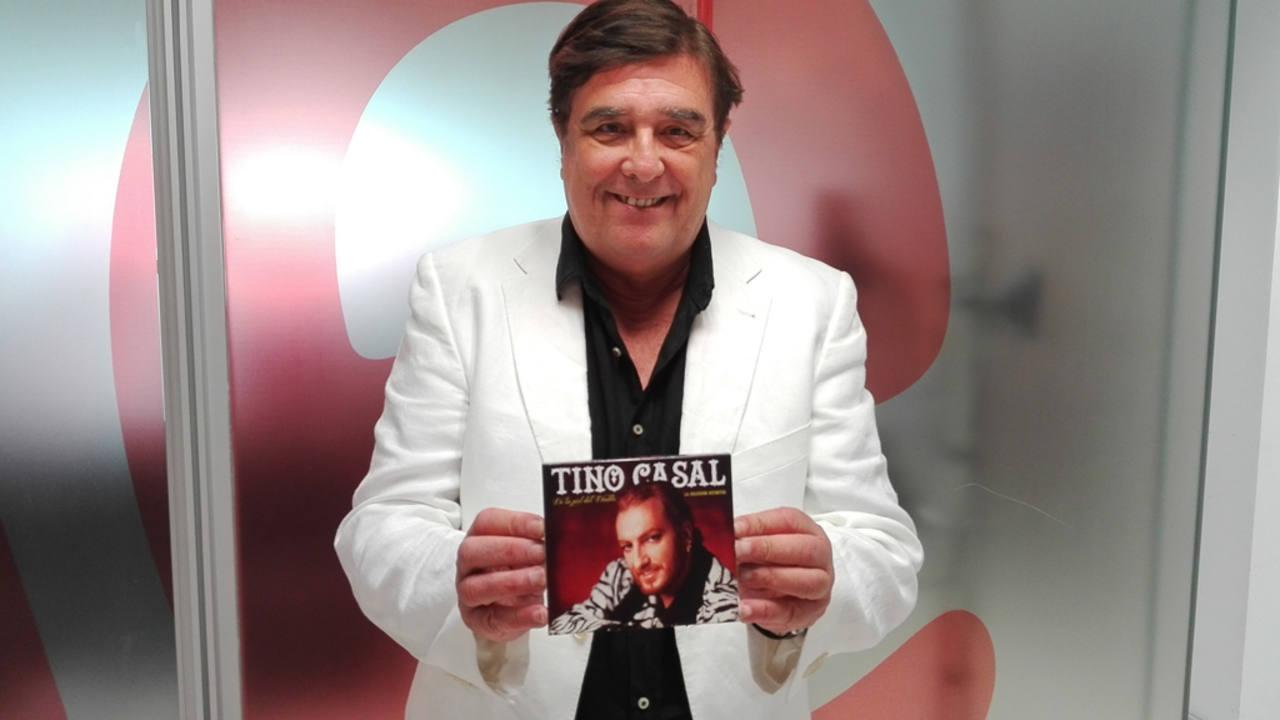 Julián Ruiz, con el álbum recopilatorio en sus manos.
