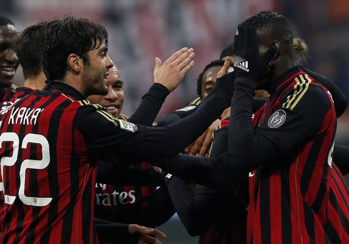 Kaka celebra un gol con el Milan