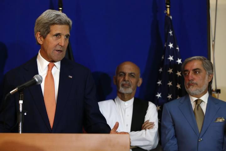 Kerry y los dos candidatos afganos
