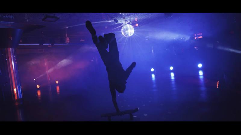 Kilian Martín hacer auténticas virguerías sobre el patín mientras baila al más puro estilo Tony Manero