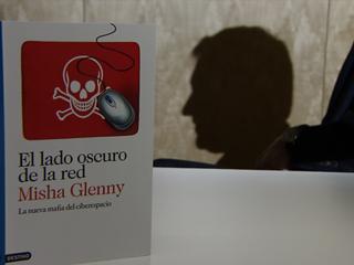 """El periodista británico Misha Glenny presenta su libro """"El lado oscuro de la red"""""""