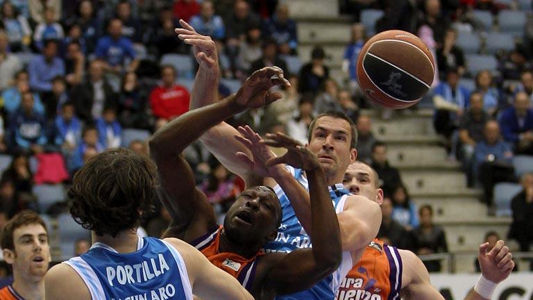 Lagun Aro vence tras una prórroga a Valencia y fuerza el tercer partido (86-82)