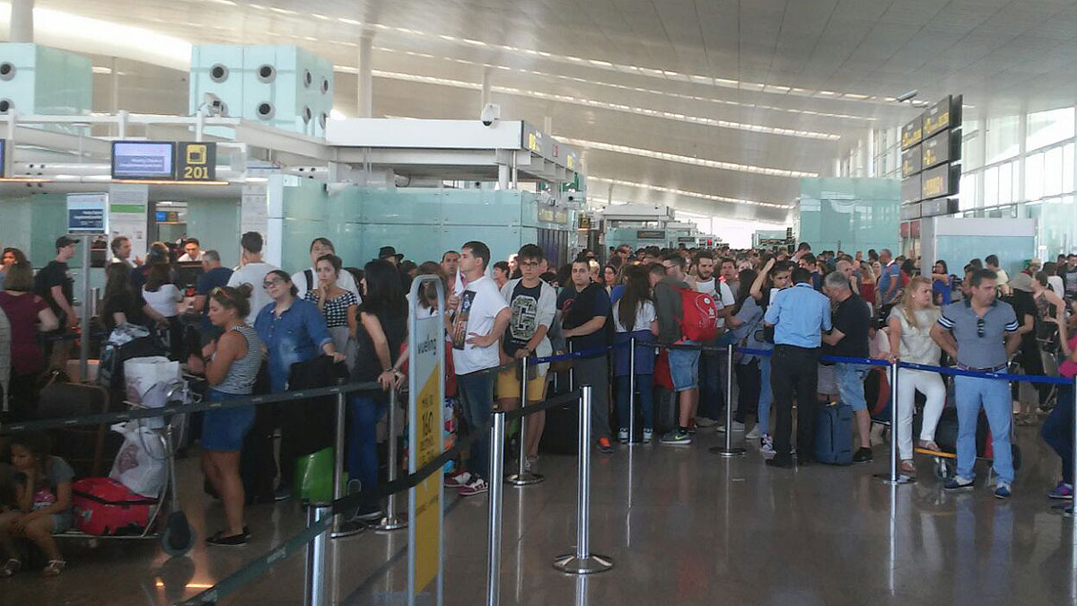 Largas colas retrasos y cancelaciones en el prat por los for Oficinas vueling barcelona