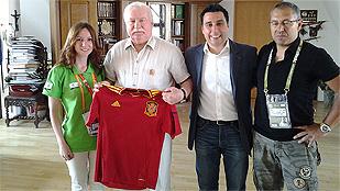 Lech Walesa se pone la camiseta de La Roja