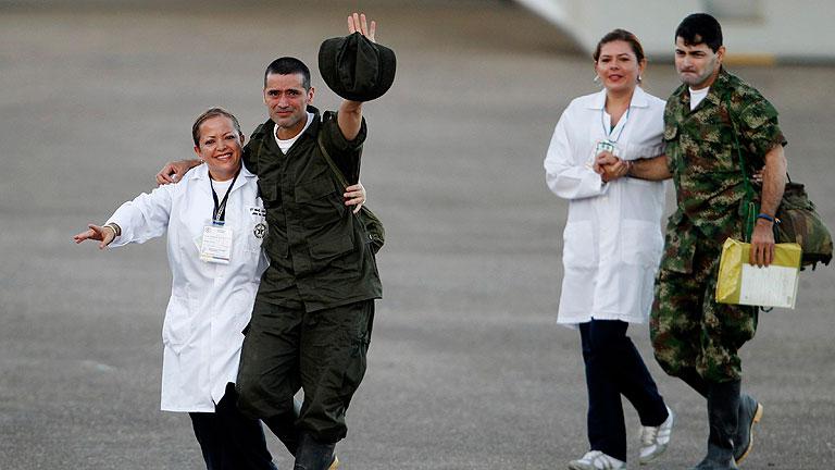 Las FARC liberan a sus 10 últimos rehenes militares