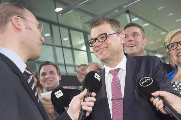 El líder del opositor Partido de Centro, Juha Sipilä, celebra los resultados electorales en Helsinki, Finlandia.