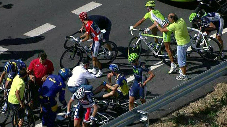El líder Valverde se ve envuelto en la caída en el pelotón de la Vuelta