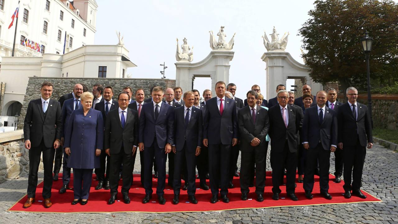 Los líderes europeos posan en la 'foto de familia' durante la cumbre de la UE en Bratislava, Eslovaquia, la primera sin Reino Unido