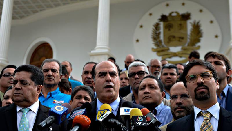 Los líderes de la oposición de Venezuela en la Asamblea Nacional, encabezados por el presidente, Julio Borges