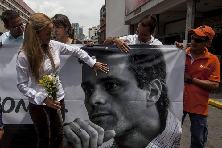 Lilian Tintori, esposa de Leopoldo López, muestra una pancarta con la imagen de éste, a las afueras del Palacio de Justicia de Caracas.