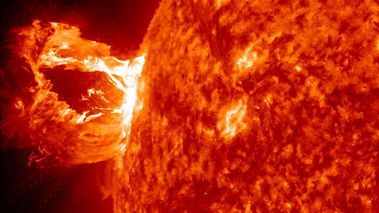 Una llamarada solar espectacular que no se dirige a la Tierra